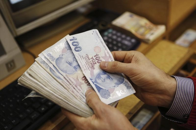 La lira turca se aparta de mínimos aunque sigue bajo una gran presión