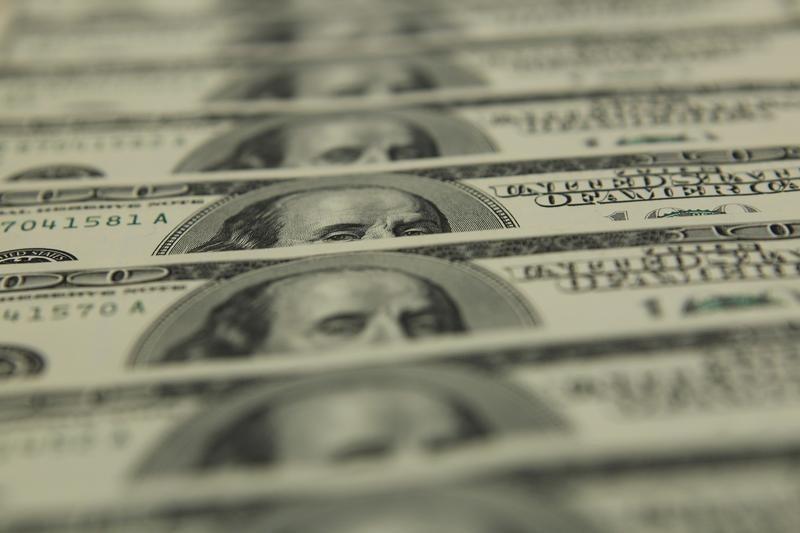 Cредний курс покупки/продажи наличного доллара в банках Москвы на 10:00 мск составил 73,14/74,85 руб.