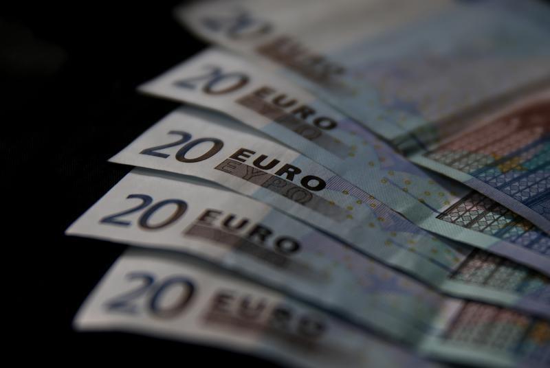 Доллар дешевеет к евро и фунту, растет к иене