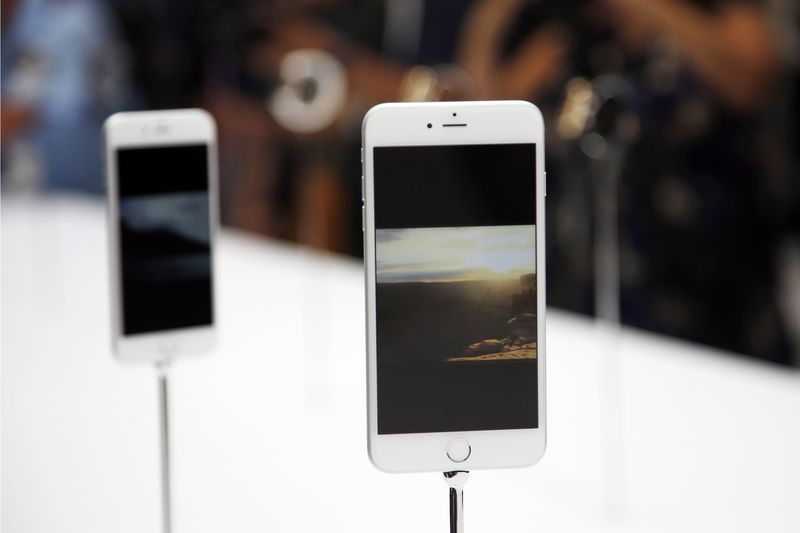 Apple Cuts Guidance for Latest Quarter; Shares Tumble