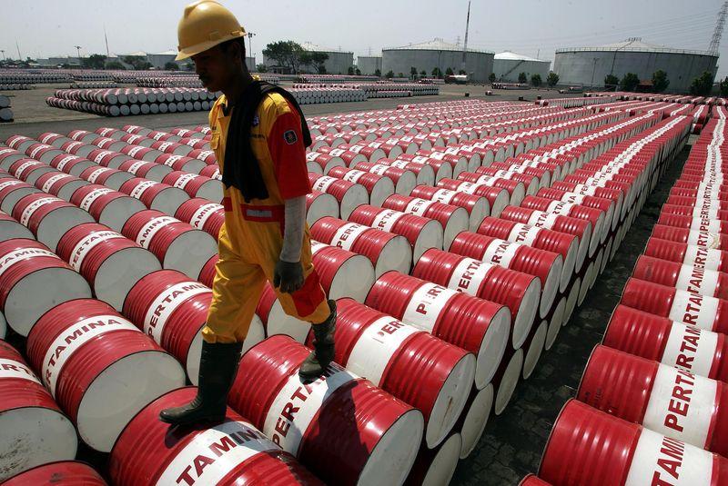 Цены на нефть снижаются на противоречивых данных от EIA
