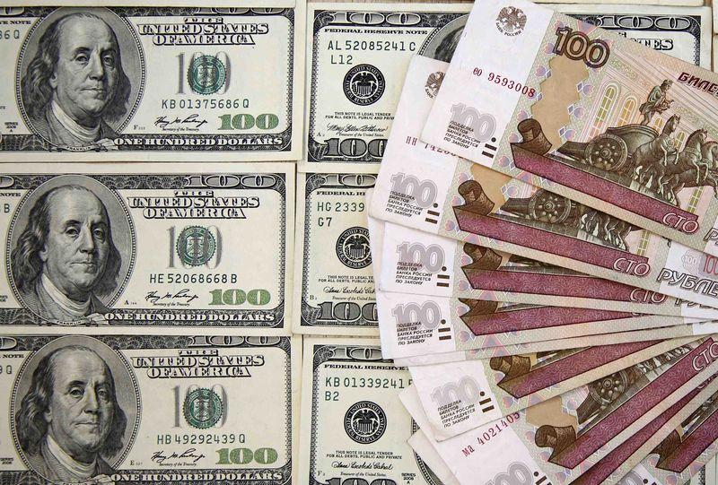 El rublo sube el 0,75 % frente al dólar y el 2,9 % frente al euro