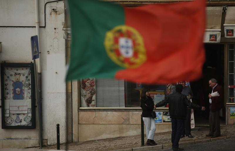 NOVA 1-Economia portuguesa afunda 7,6% na maior queda desde os anos 30