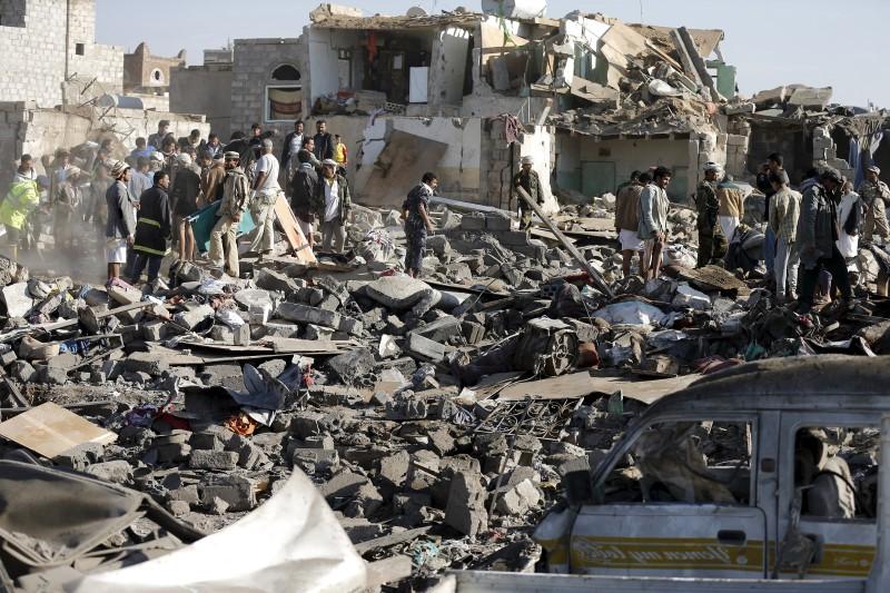 Ataque com carro-bomba em Aden visando oficiais deixa seis mortos, diz o ministro