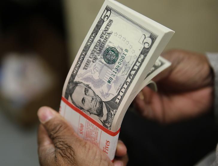 За первые пять минут торгов курс доллара США понизился  до 73,2494 руб.