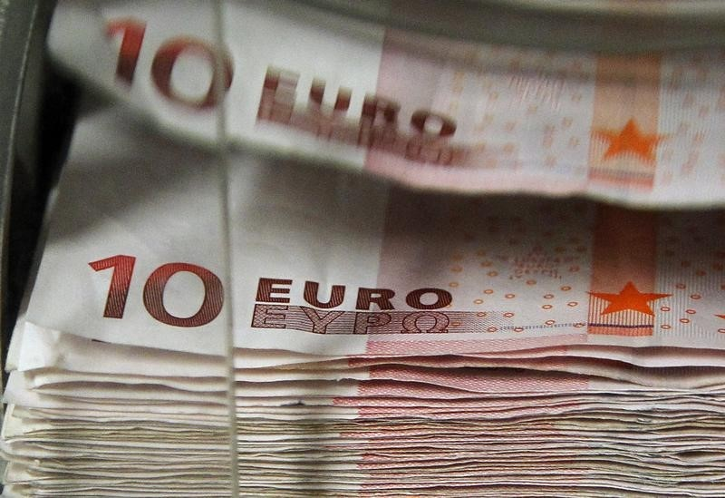 Forex - Euro hits fresh 6-week lows as ECB holds, Draghi awaited