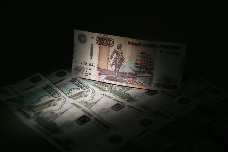 El rublo baja un 0,35 % frente al dólar y un 0,76 % ante al euro