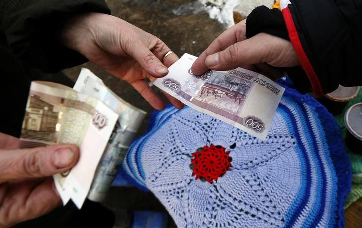 El rublo baja un 0,13 % ante el dólar y un 0,32 % frente al euro