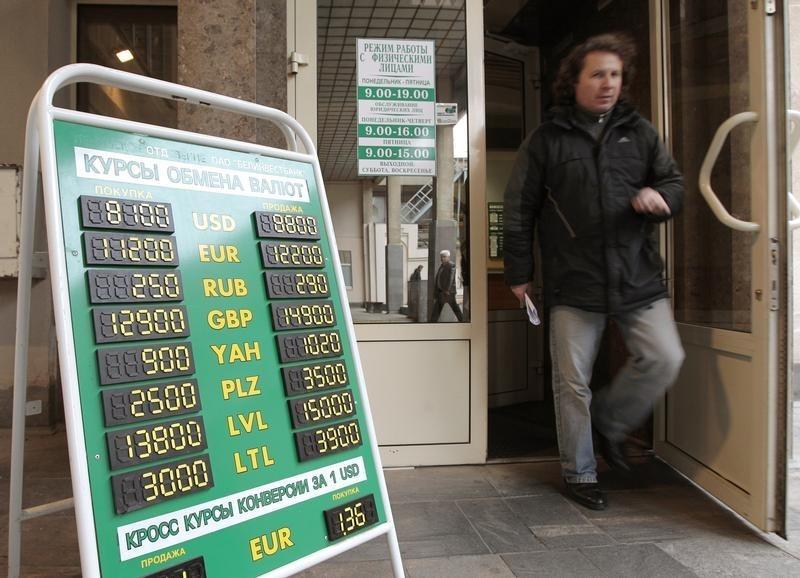 Белорусский рубль продолжает падать вслед за российским