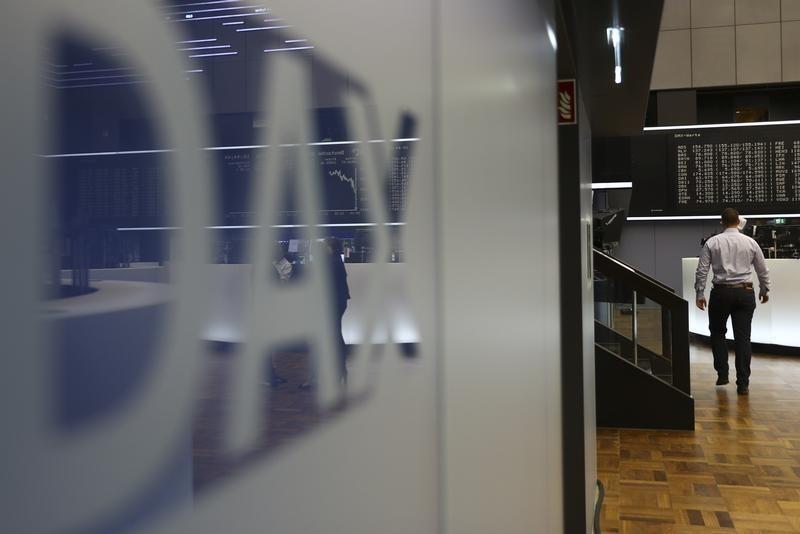European Stocks Lower; Inflation Worries Pressure Tech Sector
