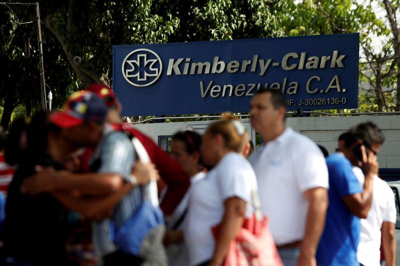 Kimberly-Clark rebaixa perspectiva após fim de compra de papel por pânico