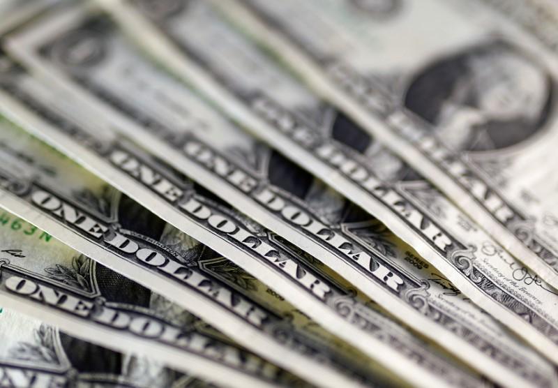 Dólar recua após Fed 'dovish' e à espera de PIB dos EUA