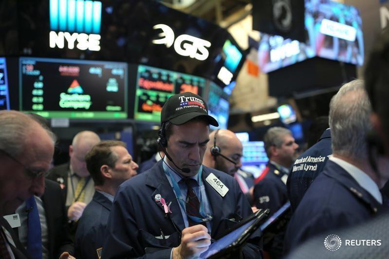 米国株 時間外取引での動き: ロス・ストアーズ、アーバン・アウトフィッター、クーパー、アンバレラ
