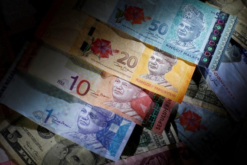 Доллар упал ко всем валютам, кроме рубля