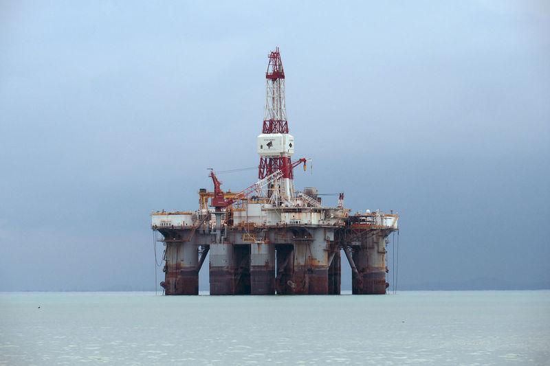 Цены на нефть снижаются после роста до максимумов с марта
