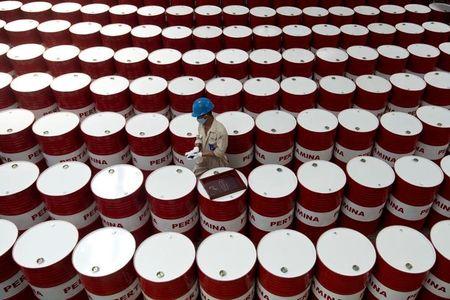 عاجل: مخزون النفط الخام يصدر ويحرك الأسعار