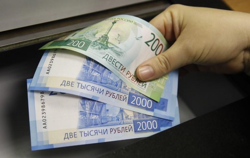 El rublo sube un 0,321 % frente al dólar y baja un 0,082 % ante el euro