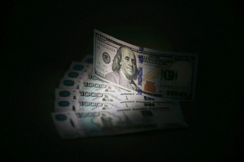 El rublo baja un 0,62 % frente al dólar y un 0,91 % ante el euro