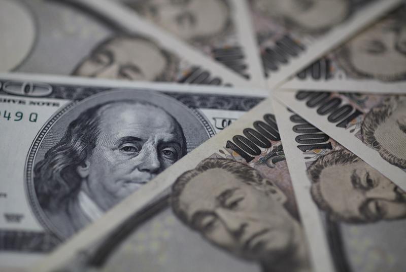 Доллар подешевел к иене и евро