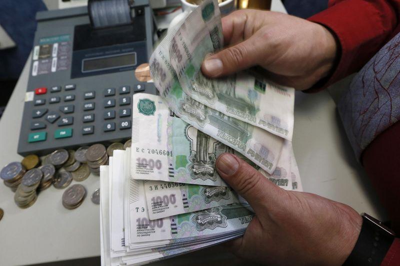 El rublo sube un 0,46 % frente al dólar y baja un 0,05 ante el euro
