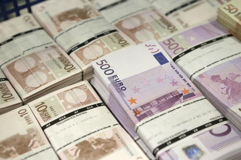 Доллар и евро начали торги на