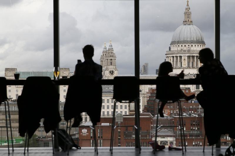 Экономика Великобритании сократилась; фунт ослаб