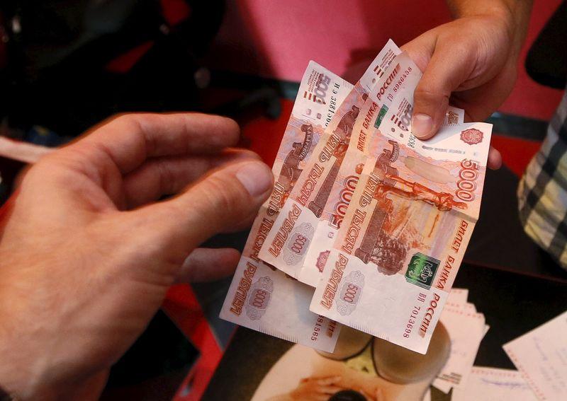 El rublo sube el 0,02 % frente al dólar y el 0,03 % ante el euro