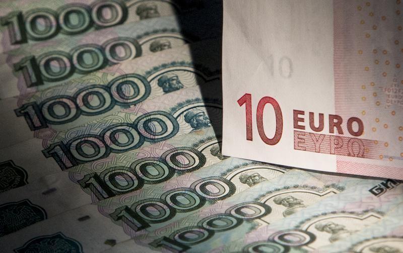 El rublo baja el 0,1 % ante el dólar y el 0,68 % frente al euro