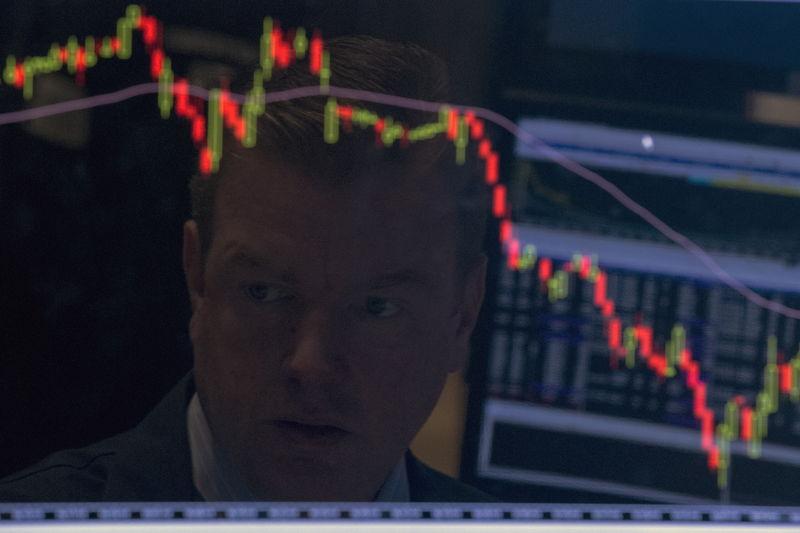 الداو جونز يهبط 400 نقطة و S&P500 يتراجع عن أعلى مستوى في تاريخه