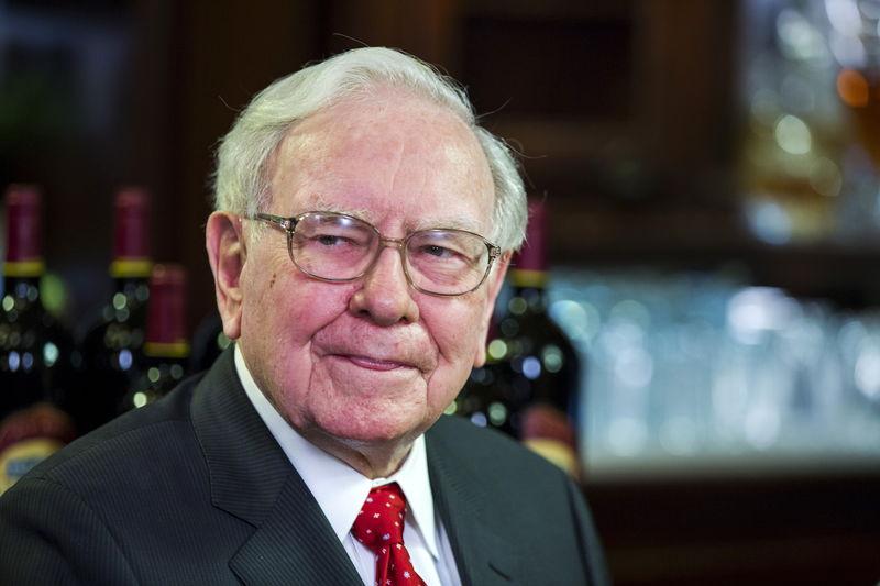 Warren Buffett cambia strategia: meno banche e più oro