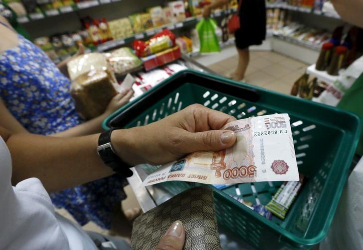 El rublo baja un 0,22 % frente al dólar y un 0,45 % ante el euro