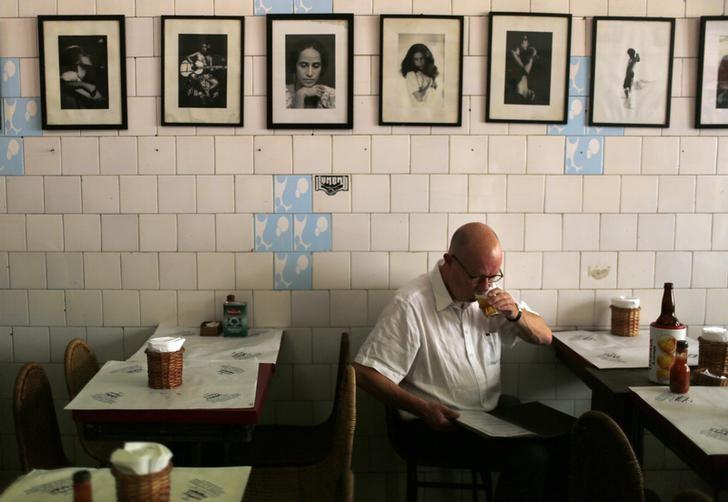 Bares e restaurantes querem recontratar, mas falta mão de obra qualificada