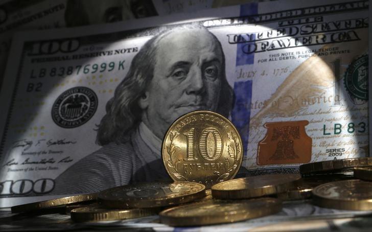 Рубль дешевеет на фоне сильного доллара перед публицией отчета по рынку труда США