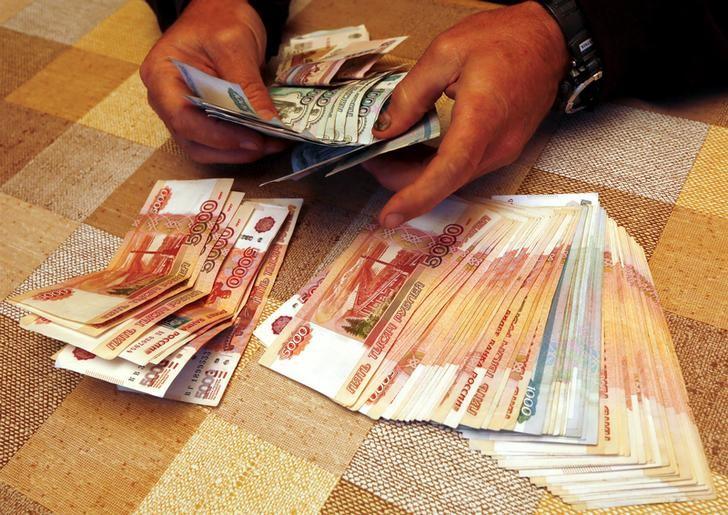 El rublo subió el 0,72 % ante el dólar y el 1 % frente al euro