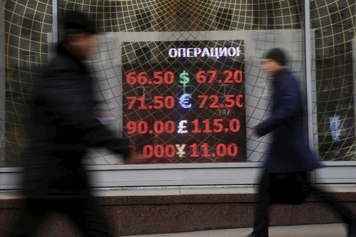 El rublo baja un 0,01 % frente al dólar y sube un 0,68 % ante el euro