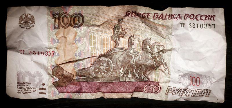 El rublo sube el 0,13 % ante el dólar y baja el 0,12 % frente al euro