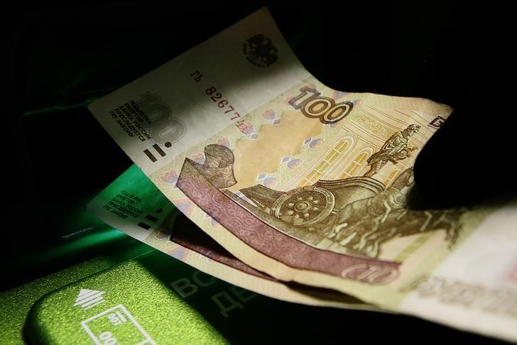 El rublo baja un 0,27 % frente al dólar y un 0,5 % ante el euro