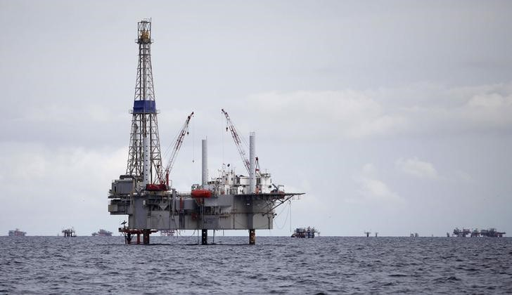 Petróleo fecha em alta, ganhando força durante a sessão