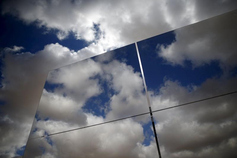 Eternit dispara 12% com lançamento de telha de concreto fotovoltaica