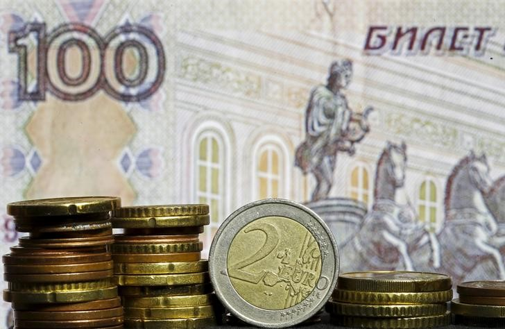 El rublo baja un 0,15 % frente al dólar y un 0,89 % ante el euro