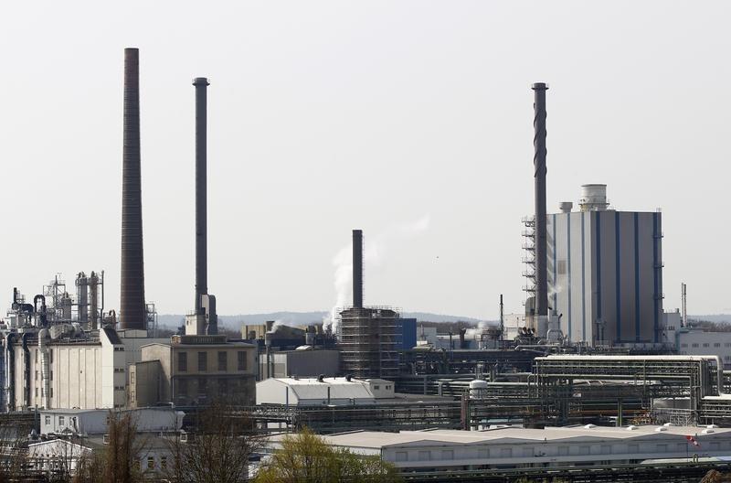 FIRMEN-BLICK-Wacker Chemie schließt bei Stellenabbau Kündigungen aus