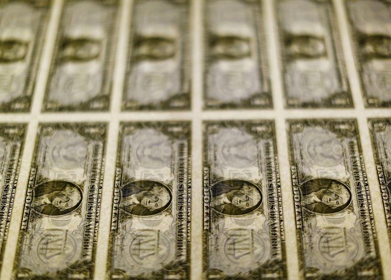 За первые пять минут торгов курс доллара США понизился  до 72,6564 руб.