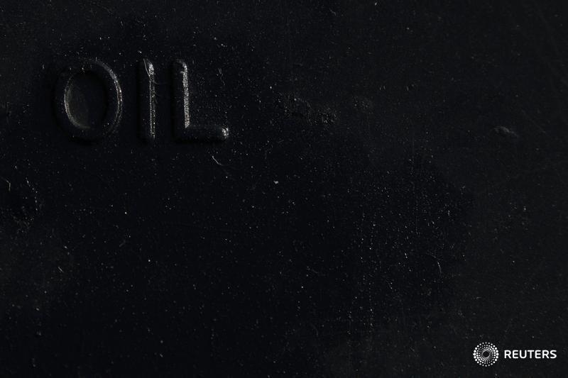 Цены на нефть снижаются после роста в пятницу