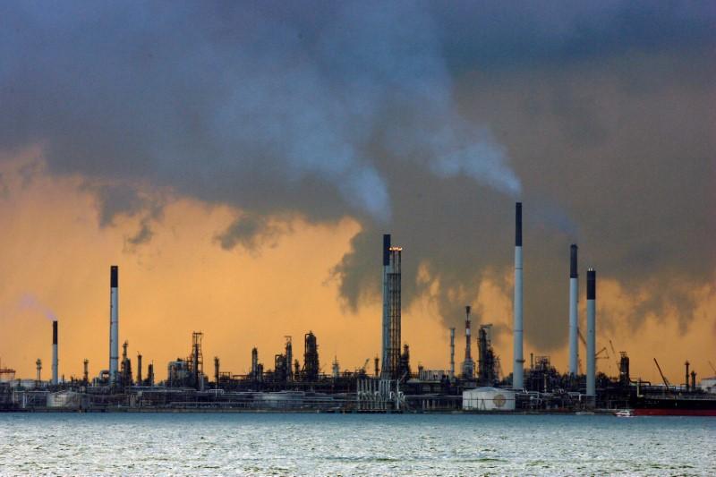 Нефть незначительно подорожала, а бензин подешевел