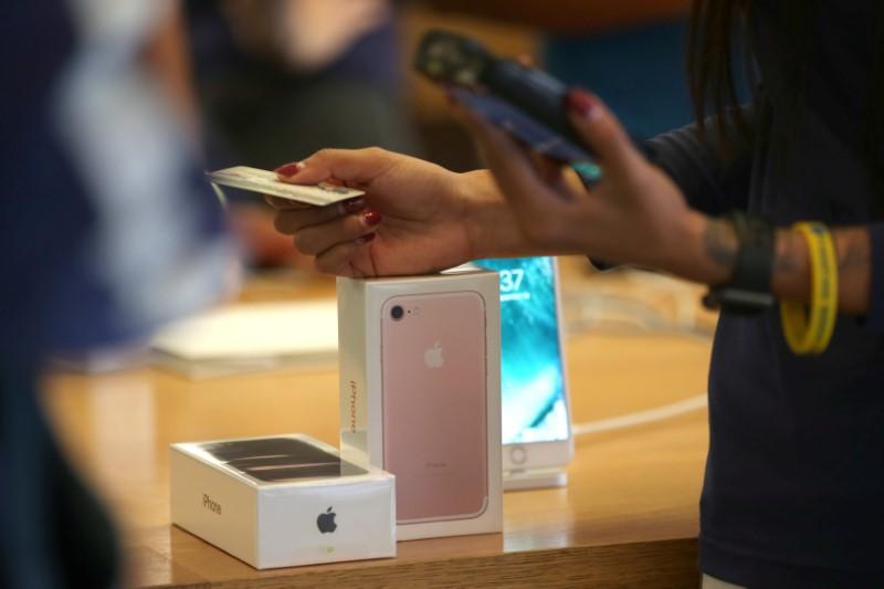 Apple progresse grâce à un avis haussier et à des discussions sur les batteries