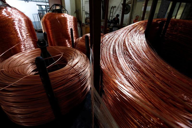 Цены на медь и на золото снизились до минимума за год