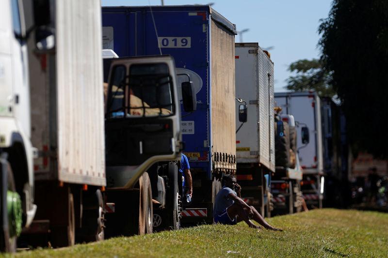 Com escassez de motoristas de caminhão, Reino Unido deve aliviar regras de visto