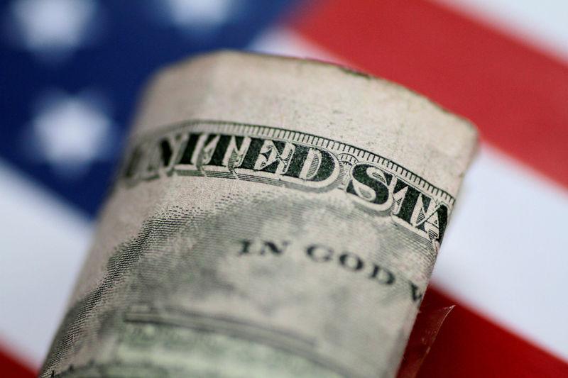 Средний курс продажи наличного доллара США в банках Москвы достиг минимального значения за месяц и составляет 75,14 руб.