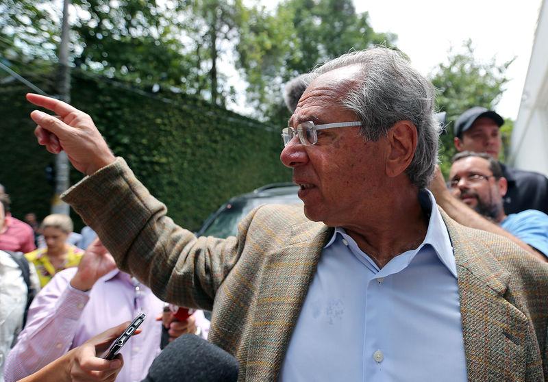 Governo discute capitalizar fundo de estabilização de combustíveis com ações, diz Guedes
