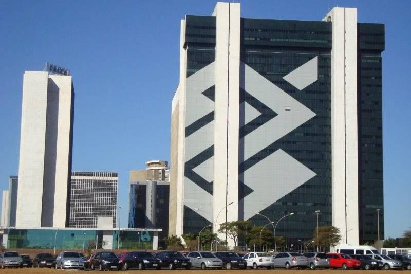 BB segue estatais e opera em queda; banco divulga balanço na quinta-feira